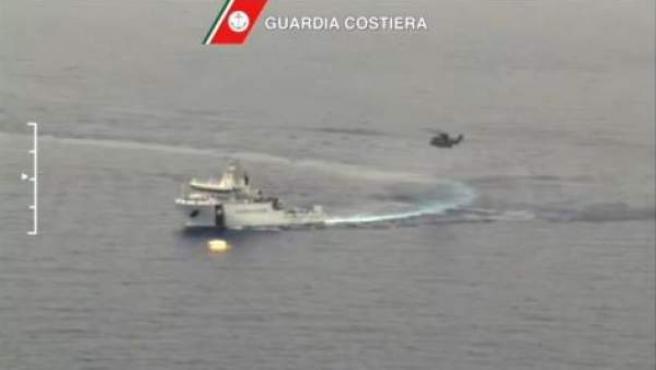 Imágenes difundidas por la Guardia Costera italiana de las labores de búsqueda de supervivientes tras el naufragio de un pesquero con 700 inmigrantes a bordo en aguas de Libia.