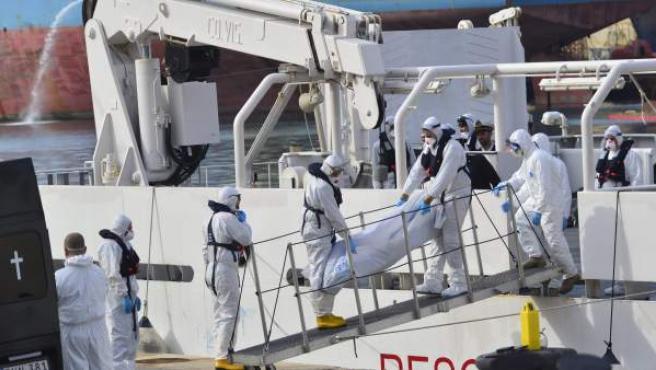 Miembros de la Guardia Costera italiana desembarcan los cuerpos sin vida de 24 inmigrantes del barco Gregoretti en el puerto de la Valeta en Malta.