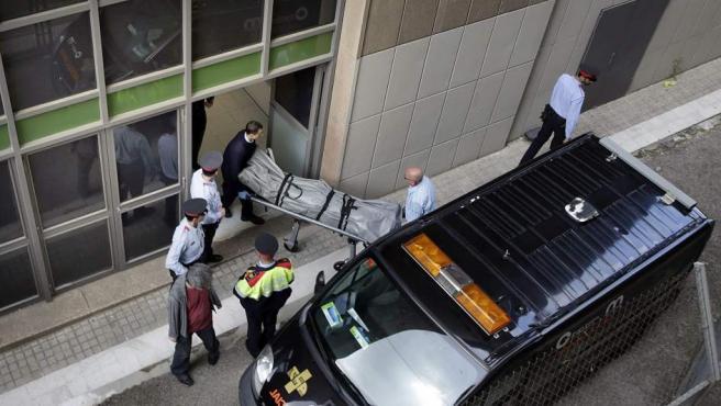 Personal de los Servicios Funerarios y del juzgado de guardia retiran el cadáver del profesor del IES Joan Fuster de Barcelona fallecido hoy a manos de un alumno de segundo de la ESO.