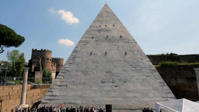 Vista de la Pirámide Cestia de Roma.