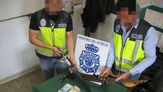 Cuchillos y joyas sustraídas por los asaltantes