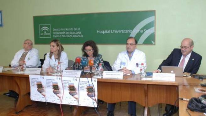Baena (centro), junto a la gerente y dermatólogos