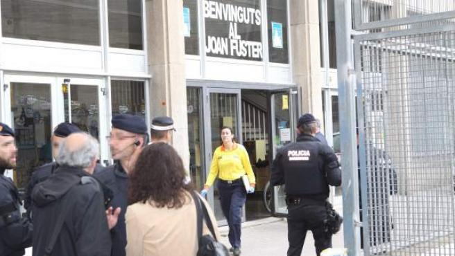 Efectivos de la Policía Nacional a las puertas del Instituto Joan Fuster de Barcelona.