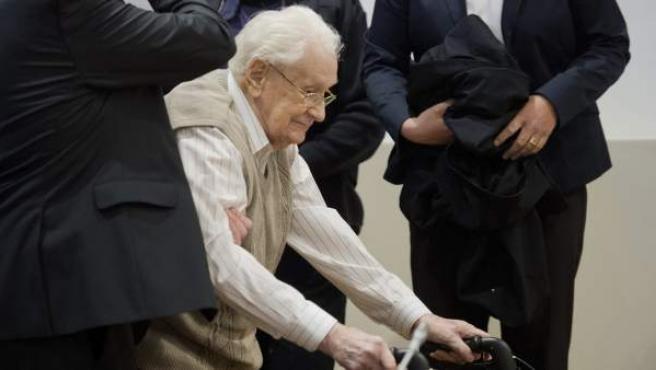 """El acusado Oskar Gröning, de 93 años y apodado el """"contable"""" del campo de exterminio de Auschwitz, acusado de complicidad en el asesinato de 300.000 presos, entran en la sala del Tribunal de Lüneburg (Alemania)."""