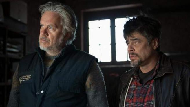 Fotograma de la película 'Un día perfecto', de Fernando León de Aranoa, protagonizada por Benicio del Toro y Tim Robbins.