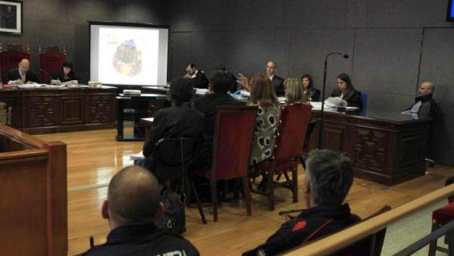 Los forenses exponen su opinión en la tercera sesión del juicio contra el falso monje shaolín Juan Carlos Aguilar (dcha) por el asesinato en junio de 2013 de la joven nigeriana Maureen Ada Otuya y la colombiana Jenny Sofía Rebollo.