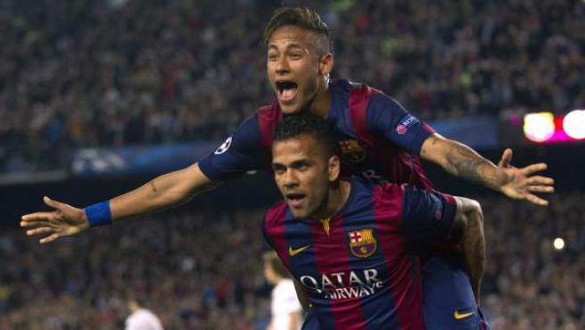 Neymar y Alves celebran el segundo gol del Barça al PSG.