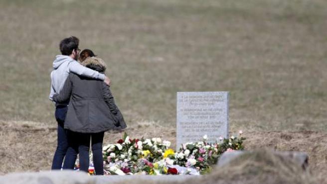 Familiares de las víctimas visitan el monolito en homenaje a los fallecidos del avión de Germanwings, una semana después de estrellarse en Seyne-les-Alpes, Francia.