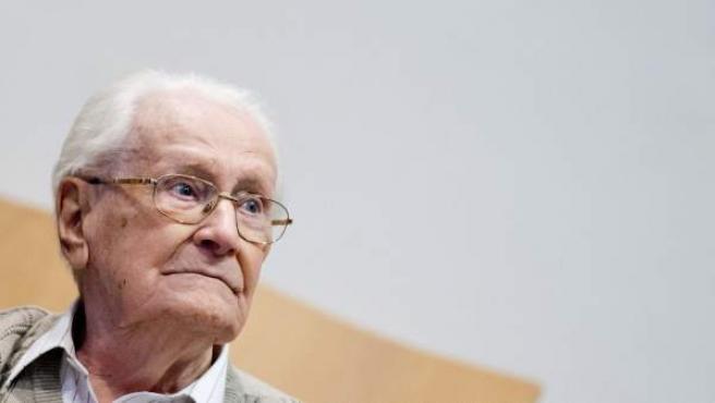 El acusado Oskar Gröning se sienta en el banquillo en el Tribunal de Lüneburg (Alemania)