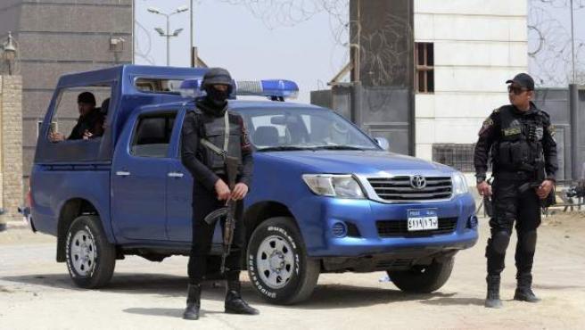 Agentes de policía en El Cairo (Egipto).