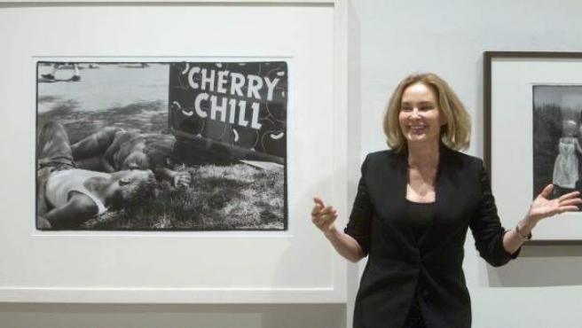 La oscarizada actriz Jessica Lange posa ante dos de sus fotografías expuestas en el Arts Santa Mònica de Barcelona.