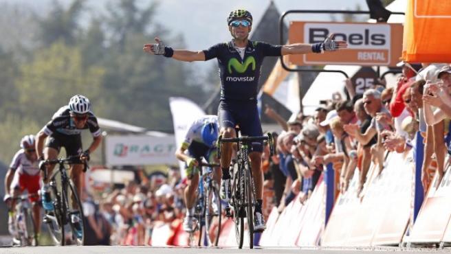 El ciclista español Alejandro Valverde del Movistar se impone en la Flecha Valona con final en Huy, Bélgica, el 22 de abril de 2015.