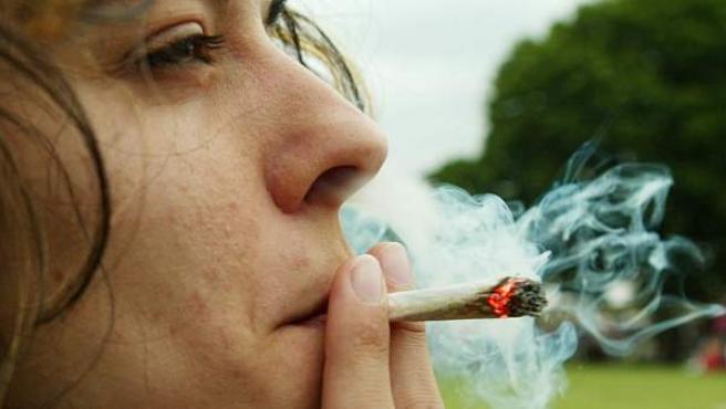 Imagen de archivo de una joven fumando un porro en el Festival del Cannabis, en Londres.
