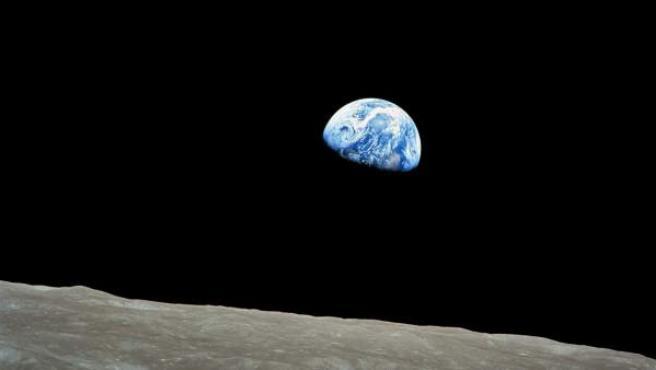 Fotografía facilitada por la NASA, que muestra el planeta Tierra fotografiado desde la luna.