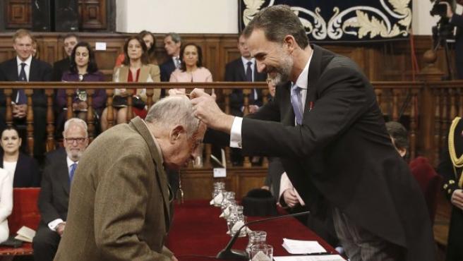 El escritor Juan Goytisolo recibe el Premio Cervantes de manos del rey Felipe VI en el paraninfo de la Universidad de Alcalá de Henares.