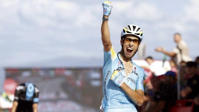 El ciclista italiano del equipo Astaná,Fabio Aru, celebra su victoria en la decimoctava etapa de la Vuelta 2014, con final en Monte Castrove.