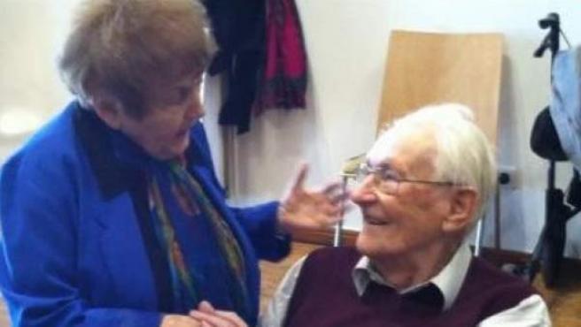Momento en el que la superviviente del Holocausto Eva Kor saluda al exnazi Oskar Gröning en el juicio contra éste en Alemania.