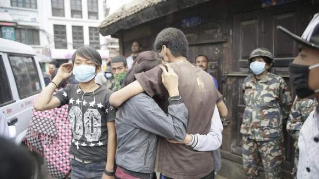 Familiares de una víctima del terremoto de Nepal se abrazan en Katmandú.