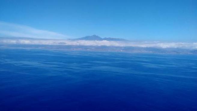 Imagen aérea que muestra cómo varias manchas de fuel del pesquero 'Oleg Naydenov' se aproximan a las costas de Tenerife.