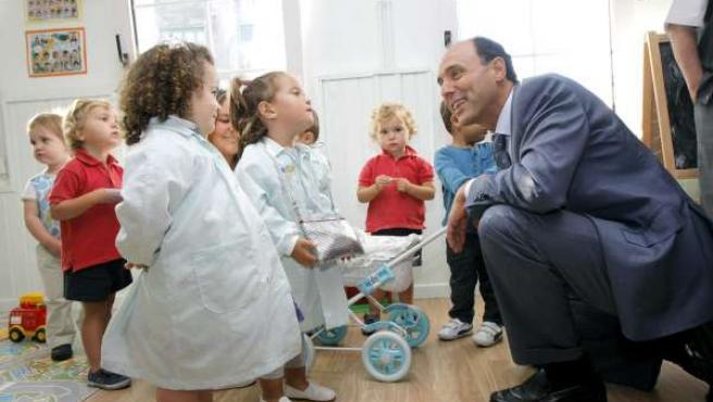 Diego con niños en una visita a un centro escolar