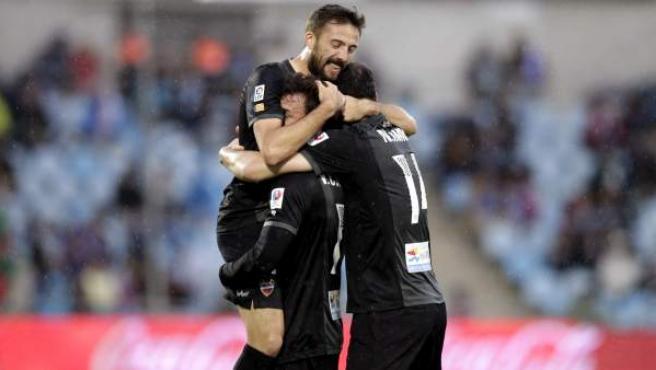 El delantero del Levante Víctor Casadesús (c) celebra su gol con sus compañeros, durante el partido de la trigésimo tercera jornada de Liga entre Getafe y Levante.