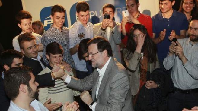 El presidente del PP y del Gobierno, Mariano Rajoy, en la clausura de un acto de su partido sobre empleo joven celebrado en Salamanca, saludando a los asistentes.