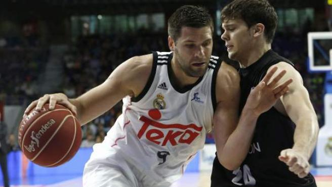El jugador del Real Madrid Felipe Reyes y Dejan Todorovic, del Dominion Bilbao Basket, durante el partido de la jornada trigésima de la fase regular de la Liga Acb de baloncesto que ambos equipos disputaron en el Palacio de los Deportes de la capital.