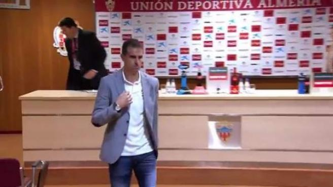 El entrenador del Eibar, Gaizka Garitano, abandona la rueda de prensa del Almería-Eibar.
