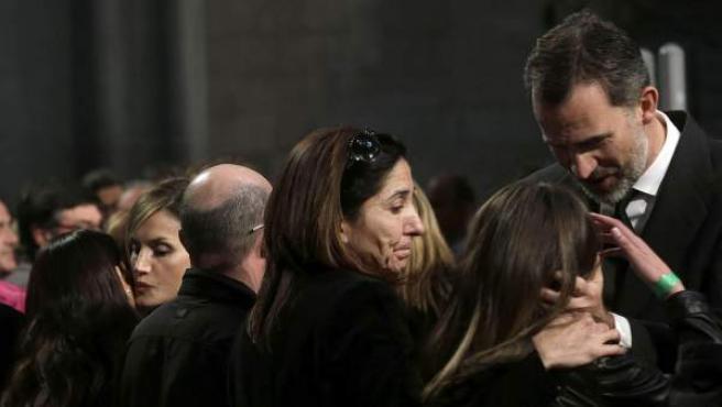 Los reyes dan el pésame a familiares de las víctimas de la tragedia aérea de los Alpes al término del funeral celebrado en la Sagrada Familia de Barcelona.