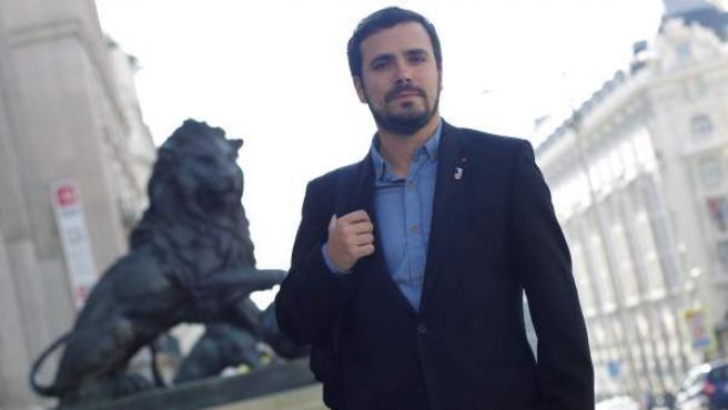 Alberto Garzón, líder de Izquierda Unida, a las puertas del Congreso de los Diputados.