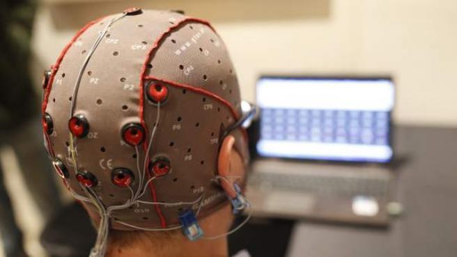 Un experto con un casco con electrodos que registran la actividad cerebral y es analizada online por un ordenador.
