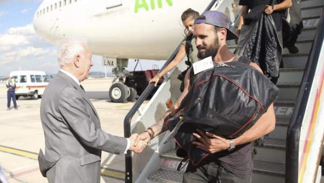 El ministro de Asuntos Exteriores, José Manuel García-Margallo (i), saluda al pie de la escalerilla a los viajeros del segundo avión que ha trasladado desde Nueva Delhi a ciudadanos españoles que se encontraban en Nepal.
