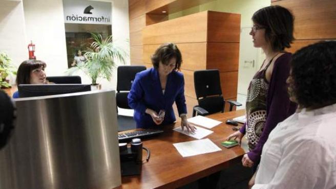 Clientes siendo atendidos en una sucursal bancaria.