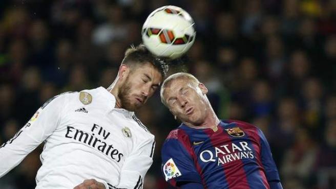 Sergio Ramos y Jérémy Mathieu pelean un balón de cabeza.