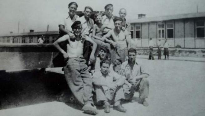 Sigfried Meir con un grupo de españoles supervivientes al campo de Mauthausen. El segundo por la derecha, en la fila trasera, es Saturnino Navaz.