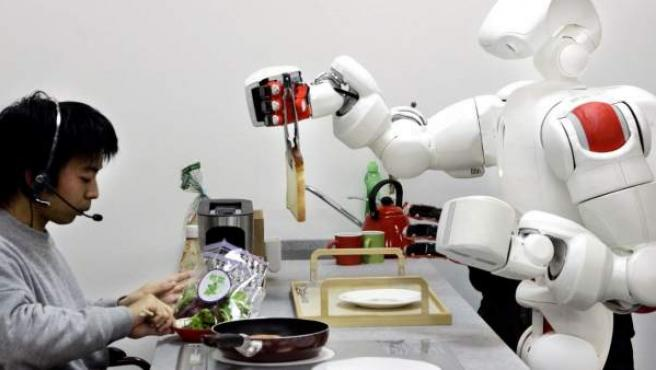 Un robot cocina para un estudiante en Tokio.