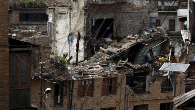 Vista de varias viviendas y edificios que quedaron destrozados tras el terremoto en Bhaktapur, Katmandú.