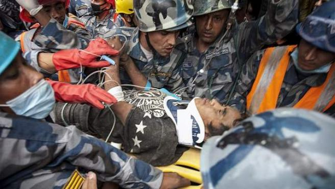 Pemba Tamang, de 15 años, es evacuado en camilla tras ser rescatado cinco días después del terremoto en Katmandú.