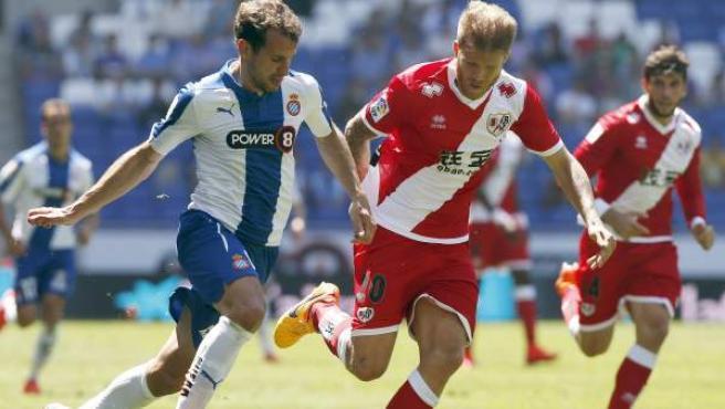 El defensa del Rayo Vallecano, Jorge García Morcillo (d), intenta evitar el avance del delantero uruguayo del Espanyol, Christian Stuani (i)