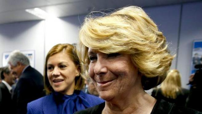 La presidenta regional del PP y secretaria general de esta formación a nivel nacional, María Dolores Cospedal (c), y la presidenta del PP de Madrid, Esperanza Aguirre (d), pasan junto al diputado Vicente Martínez Pujalte (i).