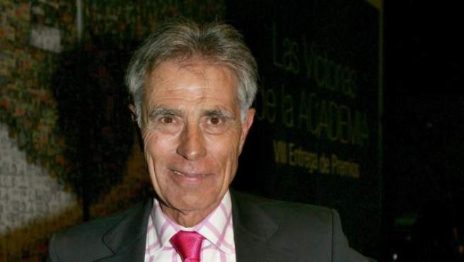 """Fotografía de archivo, del año 2005, del periodista Jesús Hermida, tras recibir el """"Premio toda una vida"""", durante la gala de los VIII Premios Academia de Televisión."""