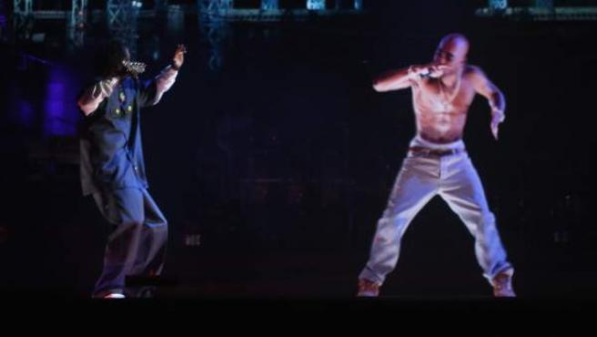 Snoop Dogg actúa junto a la proyección 3D del fallecido rapero Tupac.