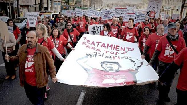 Participantes en la manifestacion convocada por La Plataforma de Afectados por la Hepatitis C en Madrid.