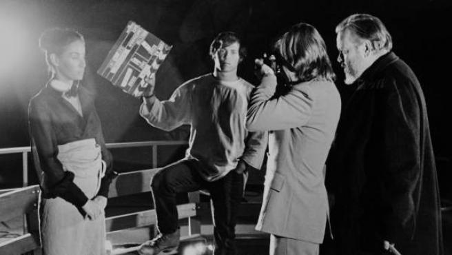 Fotografía cedida del fallecido director de cine Orson Welles (d) observando a la actriz Oja Kodar (i) junto al productor Frank Marshall (2i) y el cinematógrafo Graver (2d) durante el rodaje de la película 'The Other Side of the Wind'.