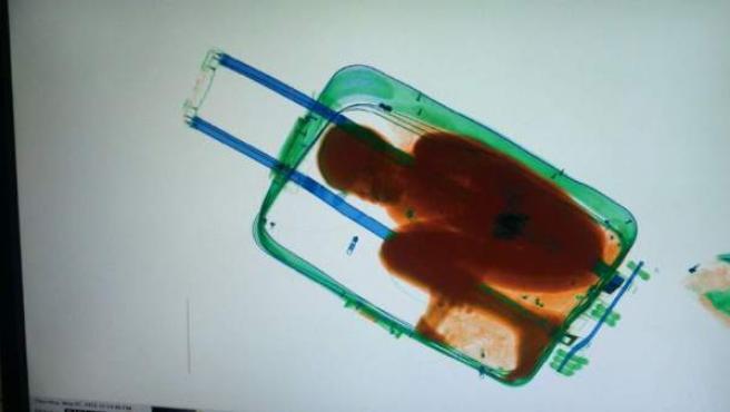 La Guardia Civil de Ceuta rescató a un menor inmigrante subsahariano de 8 años cuando iba a ser introducido en España en el interior de una maleta de viaje.