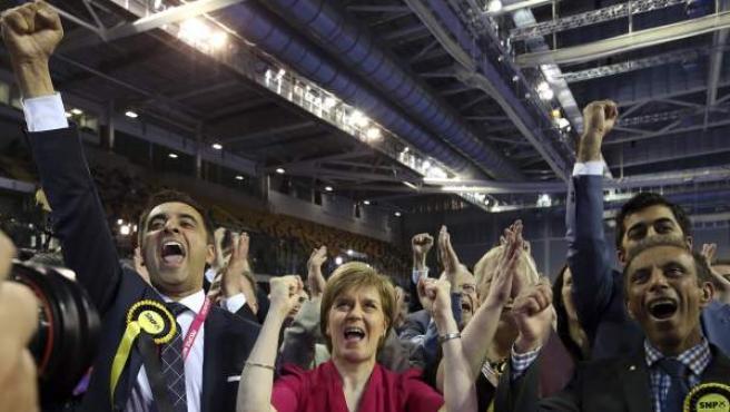 La primera ministra de Escocia y líder del Partido Nacional Escocés, Nicola Sturgeon, celebra los resultados de su partido en los comicios generales británicos.