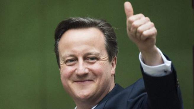 El primer ministro británico, David Cameron (dcha), a su llegada al número 10 de Downing Street en Londres (Reino Unido) tras conocer el resultado de las elecciones.