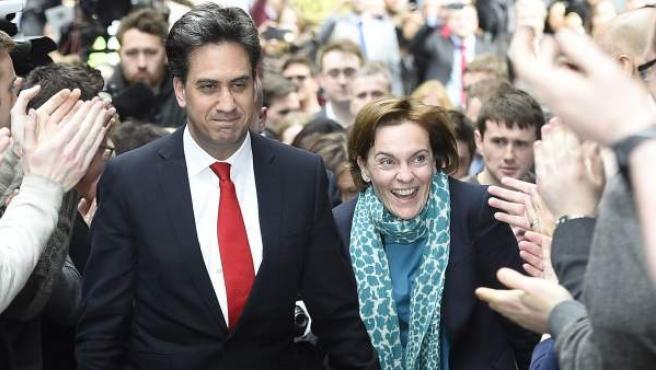 El líder del partido Laborista, Ed Miliband (centro), y su mujer, Justine Thornton (centro dcha), a su llegada a la sede de su partido en Londres antes de presentar su dimisión.