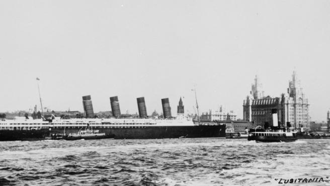 El Lusitania, que aparece atracado en el puerto de Liverpool, era uno de los grandes trasatlánticos de su tiempo: 240 metros de eslora, 26,5 de manga y más de 44.000 toneladas de desplazamiento