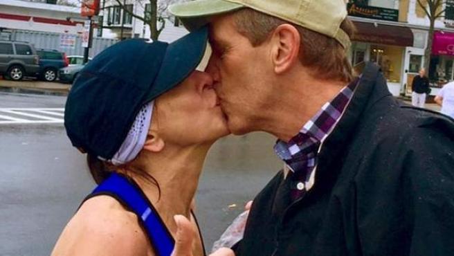 Instante en el que Barbara Tatge besó al desconocido al que luego buscó.